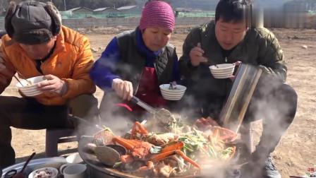 《韩国农村美食》一家三口户外吃大锅海鲜,妈妈给儿子夹菜,太有爱