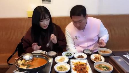 《韩国农村美食》吃货大叔带漂亮媳妇下馆子,一桌子美味,媳妇很喜欢吃