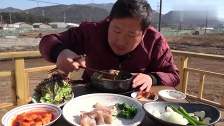 《韩国农村美食》二愣子吃饭,爸爸妈妈不在家,一个人吃完一桌子菜