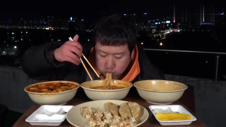 《韩国农村美食》二愣子吃晚饭,3碗炸酱面+20只煎饺,吃完觉得不过瘾