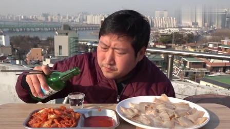 《韩国农村美食》生鱼片配烧酒,再来一口辣白菜,小伙子挺会吃啊