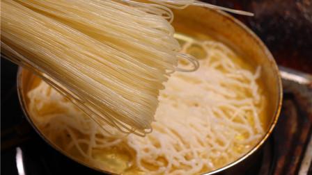 """把螺蛳粉专用""""米粉""""放进滚烫的油锅,会成什么样的美食?"""