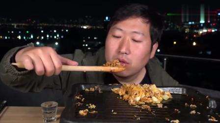 《韩国农村美食》乡下小伙子在房顶吃炒饭和烧酒,看这状态有点醉了
