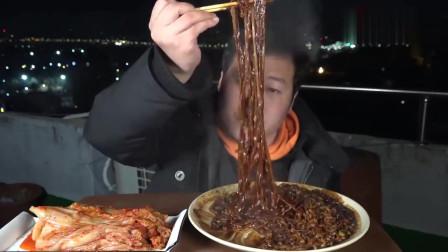 《韩国农村美食》乡下小伙子吃宵夜,一锅炸酱面+辣白菜,一口一口的吃的真香