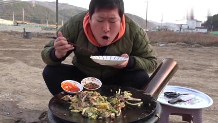 《韩国农村美食》小哥哥在田间地头吃起大铁锅煎章鱼吃,外酥里嫩的吃的真香
