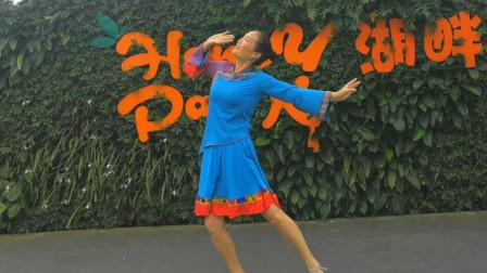 点击观看《适合零基础女生跳的民族舞 《最美的歌儿唱给妈妈》辣妈独舞表演》