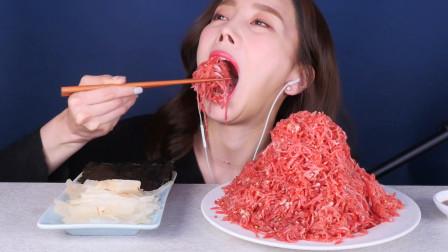 """韩国女吃货,吃一盘""""生牛肉冰片"""",听这咀嚼音,吃得真香真馋人"""