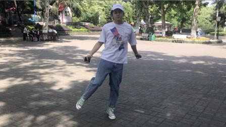 点击观看《最新鬼步舞视频大全 17岁帅小伙跳飘逸曳步舞》