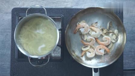 《韩国农村美食》乡下人爱吃高级餐,虾仁炒意面,最后加入的啥,看起来怪怪的?