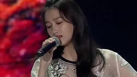 关晓彤现场演唱《小幸运》,声音委婉动听,极富感染力