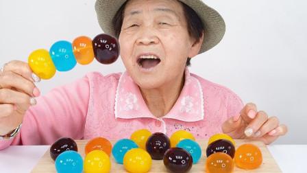 老奶奶做吃播,还要吃最流行的热气球果冻,可惜果冻太大张不开嘴