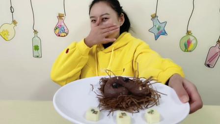 """妹子挑战""""便便巧克力"""",奇葩创意美食趁热吃,味道还不错"""