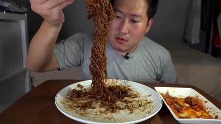 《韩国农村美食》小伙子吃夜宵,一顿宵夜吃4泡泡面,看着真有食欲