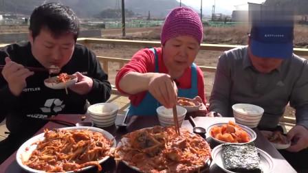 《韩国农村美食》村里人的午饭,绿豆芽和海鱼乱炖,三口人吃得很开心