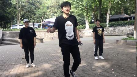 点击观看17岁帅小伙学跳鬼步舞赴汤蹈火 基础步功底扎实视频
