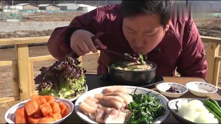 《韩国农村美食》小伙一个人在地里吃蔬菜包猪头肉,吧唧吸溜吃的真香