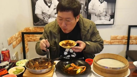 《韩国农村美食》乡下小伙吃早点,炸酱面+炸年糕,表情看起来很兴奋