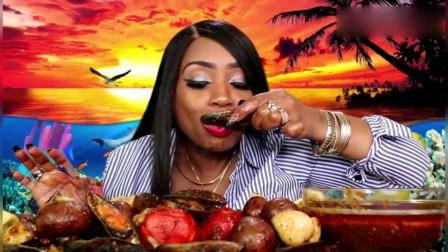 吃货阿姨直播吃海鲜,嘴张的真大啊,加上汤汁一口吃下去肯定