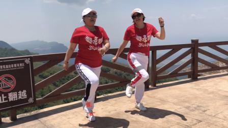 点击观看《鬼步舞东北汉子 2姐妹学跳无基础曳步舞视频》