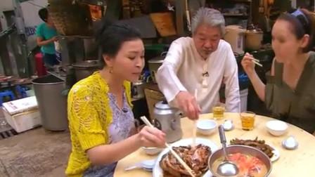 蔡澜:最具有香港特色美食就在街边,美女吃的好幸福!