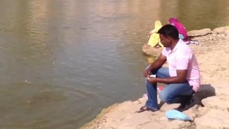印度鲶鱼有多可怕呢?男子往河里扔了几片面包后,吃货:可以吃成保护动物!