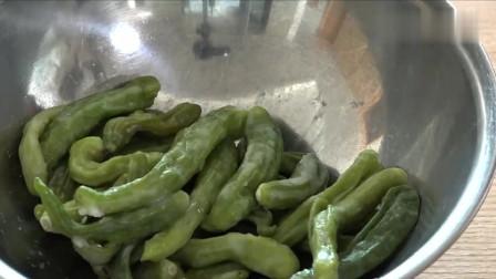 《韩国农村美食》一家人的晚餐,腌制新鲜辣椒,倒入辣椒粉调味,吃得太爽