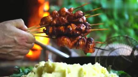 国外美食达人做的烤鸡肉串,上面还加了浓稠的酱汁,看着好美味