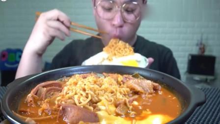 吃播:小哥烫嘴也要吃的美食,香肠芝士拉面+泡菜,味道好极了