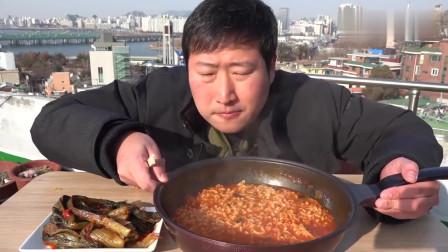《韩国农村美食》村里人的午餐,小伙做一锅拉面配辣白菜,是向往的生活
