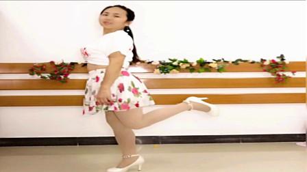 24步网红步舞蹈 阿裙学跳一起玩出好时光广场舞