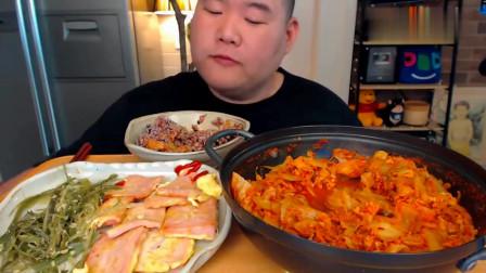 《韩国农村美食》辣白菜+鸡蛋火腿饼,吃得满嘴流油