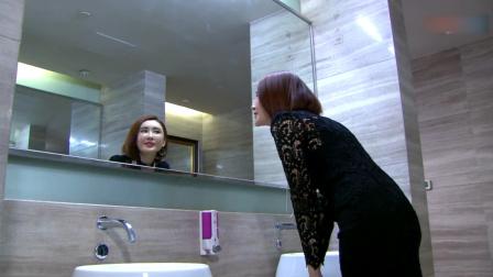 美女去卫生间忘拉拉链,本以为要当众出丑,不