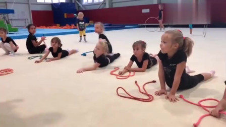 小女孩的日常体操训练,被动拉伸看着都疼