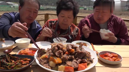 《韩国农村美食》村里人的家常饭,一家三口吃炖排骨,儿子大口吧唧吧唧吃真香