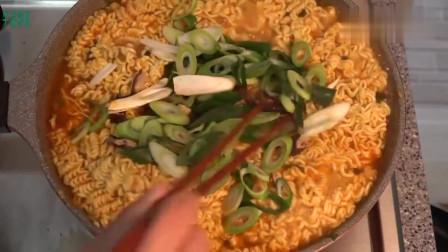 《韩国农村美食》村里人的午饭,母亲儿子吃泡面,用锅盖吃才地道