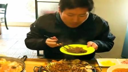 《韩国农村美食》小伙来到街头小店吃炸酱面,感觉根本都不怕烫啊