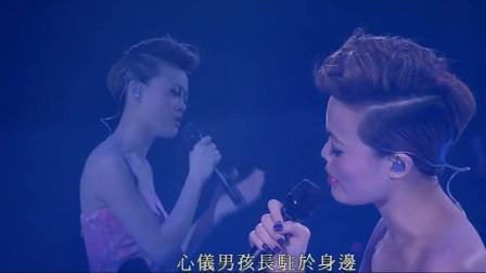 黄伟文作品展,容祖儿一首《黄色大门》好听到泪奔, 把自己唱哭了!