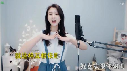 漂亮女生翻唱歌曲《爱情闯进门》,唱的非常好听,就想赖在你身旁