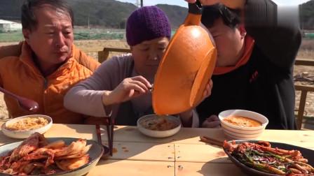 《韩国农村美食》一家3口户外吃香辣方便面,配泡菜,吃完不够泡饭凑.mp4
