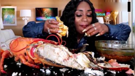 外国吃货阿姨直播吃海鲜,大龙虾整个放到桌子上,吃起来肯定过瘾