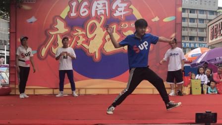 点击观看《初级鬼步舞比赛 3个帅小伙PK白发老奶奶曳步舞》
