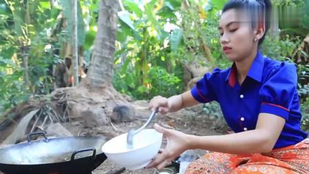 """《柬埔寨农村美食》巧妇用""""毛鸭蛋+椰子""""做美食,看看她们是什么吃法"""