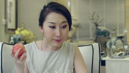 李老师家访,小明给她洗了桃,可她吃了一口后却有点想吐