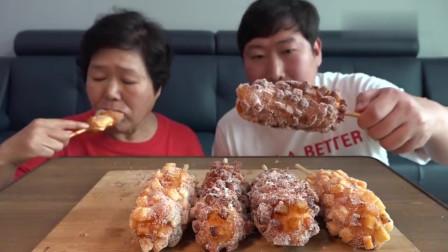 《韩国农村美食》胖儿子给妈妈买芝士热狗吃,胖墩母子吃的很香