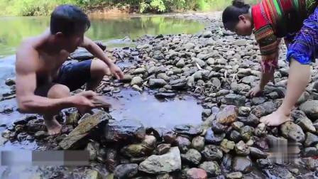 农村夫妇在小河中抓到了三条大货野味,直接在野外烤着吃,吃的真香