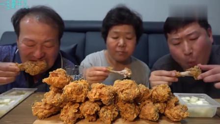 《韩国农村美食》一家三口晚上不做饭,吃炸鸡喝啤酒,这肥嫩的大鸡腿真香