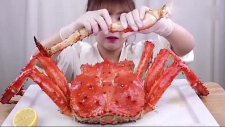 韩国美女吃货大胃王,吃帝王蟹,这蟹肉可真够多的,估计不便宜吧