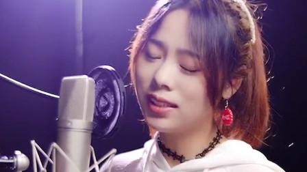 被治愈了!美女翻唱一首《青城山下白素贞》,好清澈好好听啊!