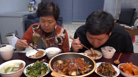 《韩国农村美食》胖墩母子二人的一顿饭,辣白菜炖带鱼,儿子吃得特别香.mp4