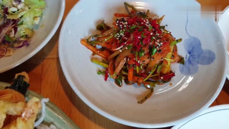 《韩国农村美食》吃货大叔带父母下馆子吃饭,一桌子美味看饿了